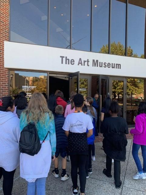 Students entering Art Museum